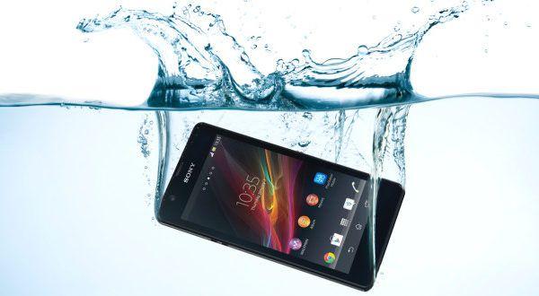 come salvare lo smartphone caduto in acqua